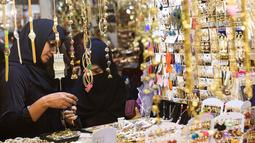 Sejumlah perempuan Pakistan memilih pernak-pernik di sebuah pasar di Lahore, Selasa (12/6). Umat muslim di berbagai penjuru dunia sedang mempersiapkan untuk merayakan Idul Fitri, yang menandai berakhirnya bulan suci Ramadan. (AFP/ARIF ALI)