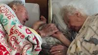 Pasangan yang telah menikah selama 77 tahun ini tak mau berpisah meski di akhir hayat mereka.