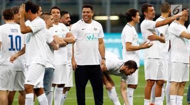 Legenda sepak bola Brasil, Ronaldo (tengah) tersenyum sebelum pertandingan perpisahan Andrea Pirlo, di Stadion Milan San Siro, Italia, (21/5). (AP Photo / Antonio Calanni)