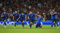 Para pemain Italia melakukan selebrasi usai memenangkan pertandingan semifinal Euro 2020 melawan Spanyol di Stadion Wembley, London, Inggris, Rabu (7/7/2021). Italia mengalahkan Spanyol 4-2 lewat adu penalti setelah laga imbang 1-1 selama 120 menit. (Carl Recine/Pool Photo via AP)