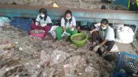 Menyortir botol plastik bekas di Roy Pet di Cimahi, Jawa Barat. (Liputan6.com/Henry)