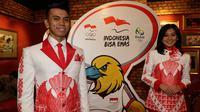 Model memakai seragam yang akan digunakan kontingen Indonesia untuk defile pada Olimpiade 2016 Rio de Janerio di Jakarta, Jumat (15/7/2016). (Bola.com/Vitalis Yogi Trisna)