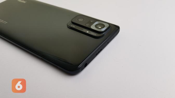 Redmi Note 10 Pro menempatkan jack audio 3,5mm di sisi atas smartphone. (Liputan6.com/ Agustin Setyo W)