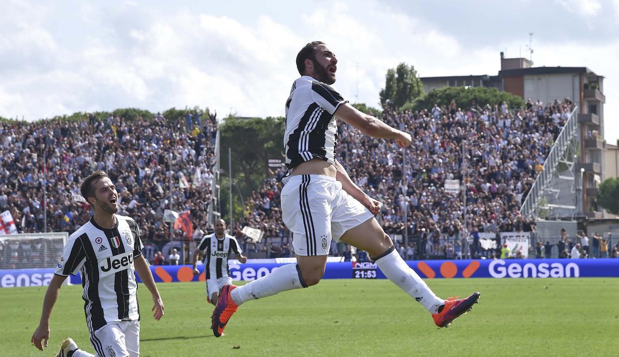 Pemain Juventus, Gonzalo Higuain merayakan golnya ke gawang empoli pada lanjutan Serie A di Carlo Castellani Stadium, Empoli, (02/10/2016). (REUTERS/Alberto Lingria)