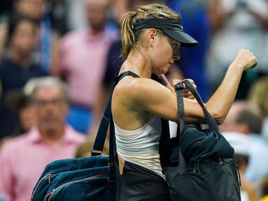Petenis Rusia, Maria Sharapova meninggalkan lapangan usai takluk dari Carla Suarez Navarro dari Spanyol pada 16 besar AS Terbuka 2018 di USTA Billie Jean King National Tennis Center, New York, (3/9). (AFP Photo/Eduardo Munoz Alvarez)