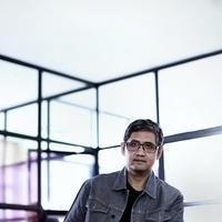 Monty Tiwa, sutradara dan penulis skenario. (Fotografer: Daniel Kampua, Digital Imaging: Muhammad Iqbal Nurfajri /Bintang.com)