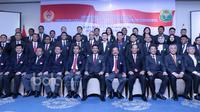 Ketua Umum PBSI, Wiranto (tengah) saat berfoto bersama jajaran pengurus PBSI usai pelantikan pengurus Masa bakti 2016-2020 di Senayan, Jakarta, Kamis (19/1/2017). (Bola.com/Nicklas Hanoatubun)