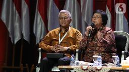 Menteri LHK Siti Nurbaya (kanan) memberikan paparan dalam diskusi panel VII Rakornas Indonesia Maju antara Pemerintah Pusat dan Forum Koordinasi Pimpinan Daerah (Forkopimda) di Bogor, Jawa Barat, Rabu (13/11/2019). Panel VII itu membahas transformasi ekonomi II. (Liputan6.com/Herman Zakharia)