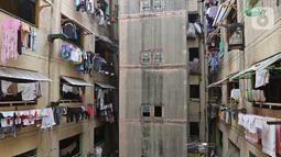 Kondisi salah satu bagian dari dinding rusun Cilincing dimanfaatkan untuk menjemur pakaian, Jakarta, Selasa (29/10/2019). Penghuni berharap rusun itu dapat segera direnovasi agar bisa dihuni dengan nyaman. (Liputan6.com/Herman Zakharia)