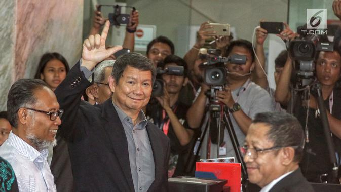 Penanggung jawab tim hukum Prabowo-Sandi, Hashim Djojohadikusumo memberikan salam kepada media saat mendaftarkan gugatan sengketa hasil Pilpres 2019 di Mahkamah Konstitusi, Jakarta, Jumat, (24/5/2019). Tim Hukum Prabowo-Sandiaga mengajukan 51 bukti dokumen dan saksi. (Liputan6.com/Johan Tallo)