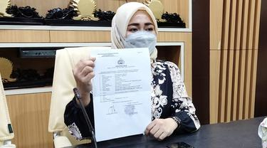 Anggota DPRD Kota Gorontalo Andi Helda Nyiwi, akhirnya melayangkan laporan ke Polres Gorontalo Kota. (Arfandi Ibrahim/Liputan6.com)
