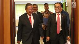 Menko Perekonomian Darmin Nasution (kiri) memasuki ruang Auditorium Cakti Buddhi Bhakti KPDJP untuk menyampaikan Rencana Kerja Pemerintah dan Nota Keuangan serta RAPBN 2020 di Jakarta, Jumat (16/8/2019). Acara dihadiri sejumlah menteri terkait. (Liputan6.com/Helmi Fithriansyah)