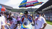 Tampak kru tim Pertamina Mandalika SAG Team menggunakan atribut Dirgahayu Indonesia ke-76 pada balapan Moto2 Austria hari Minggu. (Pertamina Mandalika SAG Team)