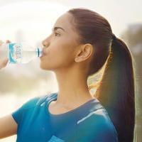 Memenuhi kebutuhan air pada tubuh dan menjaga jiwa adalah cara menghadapi new normal/ Dok. AQUA