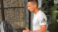 Meskipun berlibur, Raphael Maitimo tak lupa untuk menjaga kondisinya agar tetap fit dengan melakukan treadmill. (Dok Pribadi)