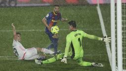 Bek Barcelona, Jordi Alba berebut bola dengan kiper Real Madrid Thibaut Courtois (kanan) dan Alvaro Odriozola pada pekan ke-30 Liga Spanyol di Estadio Alfredo Di Stefano, Minggu dinihari WIB (11/4/2021). Real Madrid kembali sukses taklukkan rival abadinya Barcelona 2-1. (AP Photo/Manu Fernandez)