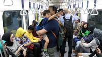 Penumpang menaiki kereta MRT pada hari pertama fase operasi secara komersial (berbayar) di Stasiun MRT Bundaran HI, Jakarta, Senin (1/4). PT MRT Jakarta mulai memberlakukan fase operasi secara komersial (berbayar) dengan potongan harga 50 persen selama April 2019.(Www.sulawesita.com)