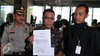 Anggota Komisi III DPR RI asal Fraksi PDI Perjuangan, Masinton Pasaribu  membawa beberapa dokumen saat tiba di Gedung Komisi Pemberantasan Korupsi (KPK), Jakarta, Selasa (22/9/2015). (Liputan6.com/Andrian M Tunay)