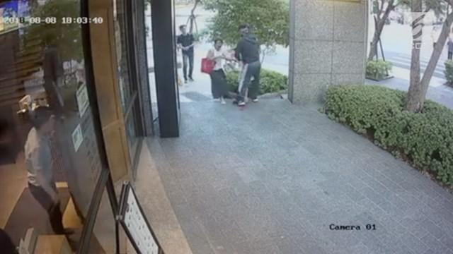 Ketika sedang berjalan pulang dari sekolah, seorang anak usia 7 tahun direbut dari tangan ibunya oleh seorang pria tak dikenal di Distrik Neihu, Taipei.
