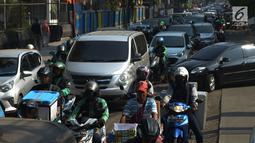 Pengendara padat merayap melewati jalan Cikini Raya, Jakarta, Kamis (1/8/2019). Kemacetan jalan tersebut karena adanya proyek pelebaran trotoar yang direvitalisasi serta penggantian aspal jalan dan volume kendaraan yang cukup tinggi. (merdeka.com/Imam Buhori)