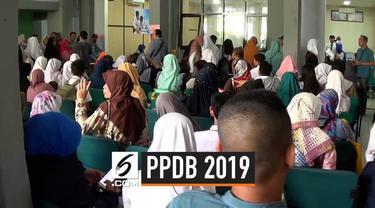 Jalannya Pendaftaran Peserta Didik Baru 2019 di Bogor dipadati oleh jumlah orangtua yang membludak. Antrean bahkan membuat orangtua harus menunggu hingga malam.