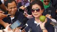 Menteri Kesehatan RI Nila Moeloek memegang jeruk Sambas. (Foto: Kemenkes RI)