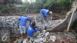 Sejumlah pekerja menyelesaikan pemasangan kerangka beton Tanggul yang jebol dan memasang bronjong kali Krukut di Kawasan Kemang, Jakarta Selatan, Rabu (31/8). (Liputan6.com/Immanuel Antonius)
