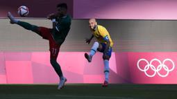 Kapten Brasil, Daniel Alves nyaris mencetak gol lewat tendangan bebas di menit ke-23. Namun, sepakannya masih mampu ditahan kiper Meksiko, Guillermo Ochoa. Skor imbang bertahan hingga peluit turun minum dibunyikan. (Foto: AP/Fernando Vergara)