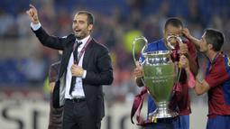 Pep Guardiola. Ia ditunjuk Barcelona menggantikan posisi Frank Rijkaard pada awal musim 2008/2009. Pep Guardiola langsung sukses mempersembahkan 3 trofi di musim pertamanya, Copa del Rey, La Liga dan Liga Champions pada musim 2008/2009. (AFP/Lluis Gene)