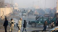 Suasana lokasi sehari setelah serangan di Kabul, Afghanistan (15/1). Menurut pejabat setempat, seorang pembom bunuh diri Taliban meledakkan kendaraan bermuatan bahan peledak pada Senin malam. (AP Photo/Rahmat Gul)