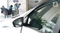 Pegawai melayani calon pembeli mobil di Tunas Daihatsu, Jakarta, Rabu (17/6/2020). Menurut Gabungan Industri Kendaraan Bermotor Indonesia (Gaikindo), penjualan mobil di Indonesia pada Mei 2020 turun 82 persen dari pencapaian Mei 2019 yang sebesar 93.881 unit. (Liputan6.com/Angga Yuniar)