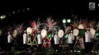 Peserta mengikuti Festival Pukul Beduk dan Gema Takbir 2017 di Balai Kota, Jakarta, Sabtu (24/6). Festival Beduk yang diselenggarakan pada malam takbiran itu untuk menyambut Idul Fitri 1438 H serta HUT ke-490 Jakarta. (Liputan6.com/Angga Yuniar)