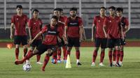 Pemain Timnas Indonesia, Andy Setyo, menendang bola saat sesi latihan di Stadion Madya, Jakarta, Senin, (17/2/2020). Latihan tersebut untuk persiapan laga Kualifikasi Piala Dunia 2022 zona Asia. (Bola.com/M Iqbal Ichsan)