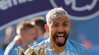 Pemain Manchester City Sergio Aguero memamerkan trofi Liga Inggris usai mengalahkan Brighton di Stadion AMEX, Brighton, Inggris, Minggu (12/5). The Citizens menjadi yang terbaik di musim 2018-2019 setelah memenangi duel sengit dengan Liverpool hingga pekan terakhir. (AP Photo/Frank Augstein)