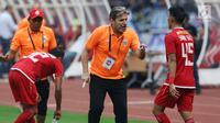 Pelatih Persija, Julio Banuelos memberi arahan pada pemainnya saat melawan pemain Arema FC pada lanjutan Shopee Liga 1 Indonesia 2019 di Stadion Gelora Bung Karno, Jakarta, Sabtu (3/8/2019). Laga berakhir imbang 2-2. (Liputan6.com/Helmi Fithriansyah)
