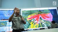 Sutopo Purwo Nugroho memberikan penjelasan di Gedung BNPB, Jakarta, Senin (25/9). Sutopo juga mengimbau kepada masyarakat agar bencana seperti ini tidak dijadikan bahan bercanda ataupun permainan. (Liputan6.com/Faizal Fanani)