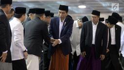 Presiden Joko Widodo (Jokowi) tiba untuk melaksanakan Salat Idul Fitri di Masjid Istiqlal, Jakarta, Minggu (25/6). Pemerintah menetapkan 1Syawal 1438 H pada Minggu (25/6) setelah menunaikan 29 hari ibadah puasa. (Liputan6.com/Johan Tallo)