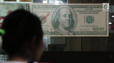 Seorang nasabah memasuki tempat penukaran mata uang asing di Jakarta, Rabu (5/9). Nilai tukar Rupiah di pasar spot menguat tipis 0,06 persen ke Rp 14.926 per dollar Amerika. (Merdeka.com/Imam Buhori)