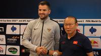 Park Hang-seo dan Simon McMenemy menjelang duel Timnas Indonesia versus Vietnam. (Bola.com/Aditya Wany)