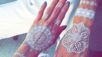 Tato henna putih yang nggak kalah indah. (via: Boredpanda.com)