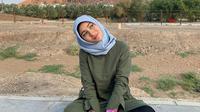Naomi Zaskia tengah menjalankan ibadah umroh, tampil cantik dengan hijab. (Sumber: Instagram/@naonomnom)