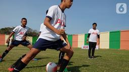 Pelatih Tim Nasional U23 Indra Sjafri (kanan) melatih siswa sekolah sepakbola (SSB) pada kegiatan AIA Sepakbola Untuk Negeri di Stadion Mini Pancing, Medan, Sumatera Utara, Selasa (7/1/2020). AIA juga memberikan 500 bola kepada SSB di Sumatera Utara agar tetap giat berlatih. (Liputan6.com/HO/Ady)