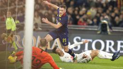 Striker Juventus, Cristiano Ronaldo, terjatuh saat berebut bola dengan pemain AS Roma, Jordan Veretout, pada laga Serie A di Stadion Olimpico, Roma, Minggu (12/1/2020). AS Roma takluk 1-2 dari Juventus. (AP/Andrew Medichini)