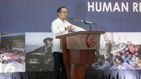 Menteri Ketenagakerjaan Hanif Dhakiri memberikan sambutan dalam Konferensi Internasional Proteksi HAM Industri Perikanan di kantor KKP, Jakarta, Senin(27/3). Acara konferensi ini turut dihadiri oleh Menteri Susi Pudjisatuti. (Liputan6.com/Faizal Fanani)