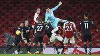 Penjaga gawang Burnley Nick Pope meninju bola saat melawan Arsenal pada pertandingan Liga Premier Inggris di Stadion Emirates, London, Inggris, Minggu (13/12/2020). Arsenal kalah 0-1. (Nick Potts/Pool via AP)