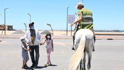 Seorang tentara berkuda menyuruh pulang warga lokal di Sale, Maroko, pada 14 Juni 2020. Maroko pada 14 Juni 2020 mengumumkan 101 infeksi baru COVID-19, menambah jumlah kasus terkonfirmasi di negara Afrika Utara tersebut menjadi 8.793. (Xinhua/Chadi)