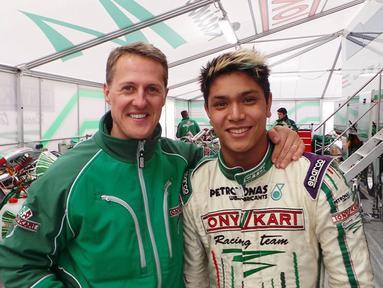 Philo Paz Patric Armand adalah pembalap Formula 2. Tentu sebagai seorang pembalap, pasti mengenal Michael Schumacher seorang pembalap legenda yang diidolakan oleh para pembalap muda. Ia pun sempat berfoto bersama dengannya. (Liputan6.com/IG/@illopaz)
