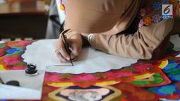 Peserta membuat kaligrafi kategori mushaf Alquran pada lomba MTQ Tingkat Kota Tangerang Selatan, Banten, Selasa (18/9). Lomba MTQ dilangsungkan pada tanggal 17 hingga 20 September 2018. (Merdeka.com/Arie Basuki)