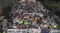 Ribuan demonstran berunjuk rasa menentang kebijakan imigrasi pemerintahan Donald Trump (AP/Abel Uribe)