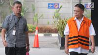 Gubernur Aceh nonaktif Irwandi Yusuf (kanan) tiba di Gedung KPK, Jakarta, Rabu (17/10). Irwandi akan diperiksa sebagai tersangka terkait dugaan menerima suap gratifikas sebesar Rp 32 miliar. Merdeka.com/Dwi Narwoko)